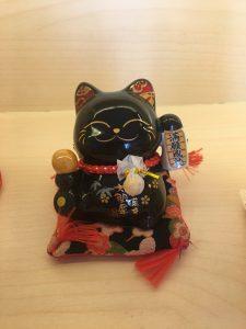 meo den bao ho suc khoe binh an 225x300 - Chọn Mèo May Mắn Làm Món Quà Dành Tặng Người Thân, Bạn Bè