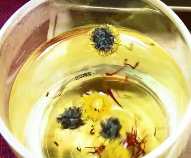 nhuy hoa nghe tay voi hoa cuc ket hop the nao - Bí Quyết Cách Uống Nhụy Hoa Nghệ Tây Cho Cơ Thể Khỏe Mạnh