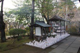 tuong meo trong ngoi den tai nhat ban 310x205 - Ý Nghĩa Mèo Thần Tài - Mèo May Mắn - Mèo Maneki Neko Nhật Bản