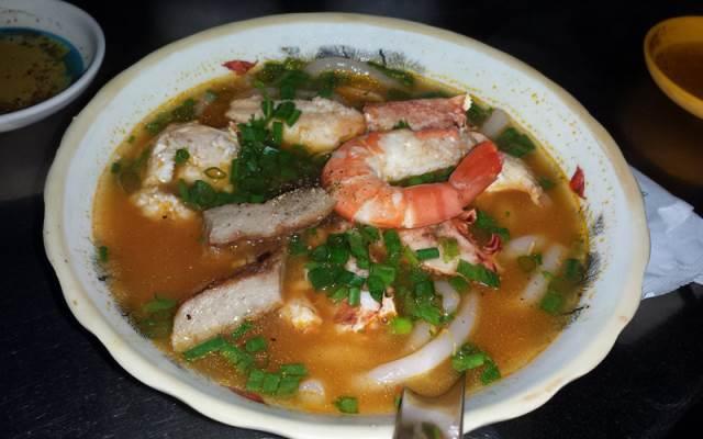 Quán bánh canh cua lạ miệng ở Sài Gòn - Bánh Canh Cua Giò Heo & Bún Suôn - Chợ Xóm Chiếu